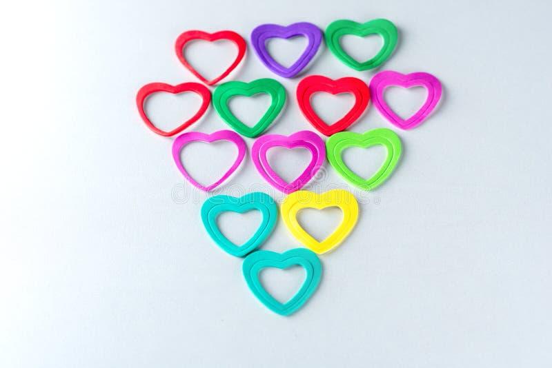 Groupe de coeurs colorés sur le fond blanc image stock