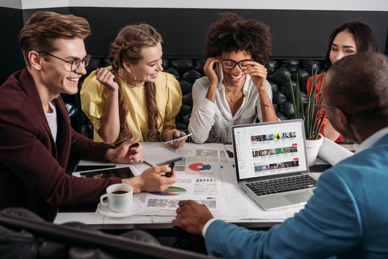 groupe de collègues d'affaires faisant des écritures ensemble image stock