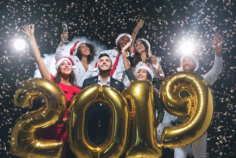 Groupe de collègues joyeux ayant l'amusement à la célébration de nouvelle année photo libre de droits