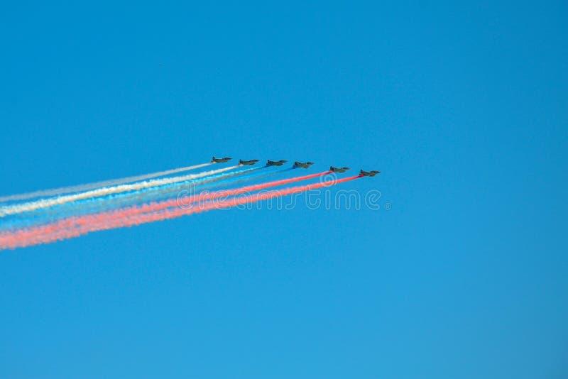 Groupe de combattants avec le drapeau russe peint dans le ciel sur le défilé de la victoire dans la deuxième guerre mondiale à Mo photos stock
