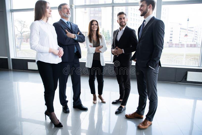 Groupe de concept occup? d'hommes d'affaires ?quipe d'affaires discutant le travail dans le couloir d'immeuble de bureaux photos stock