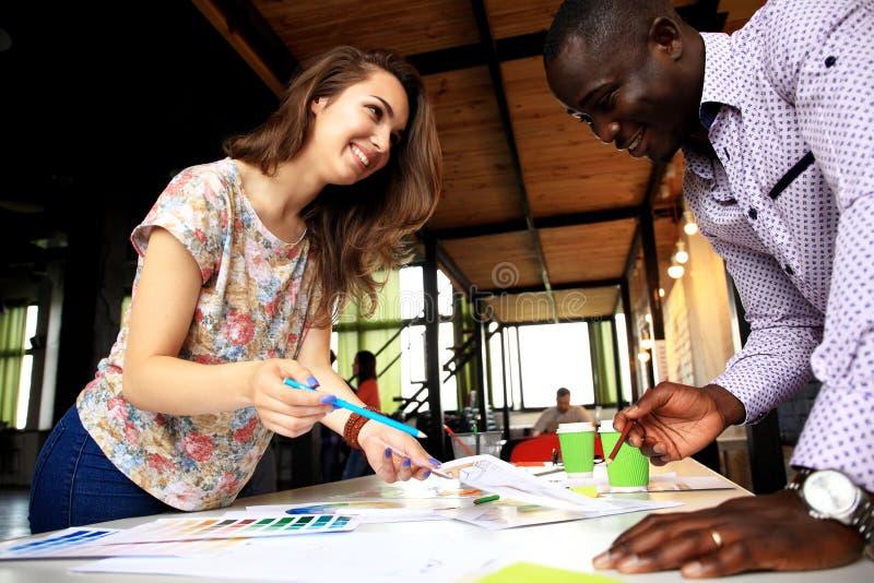 Groupe de concepteurs multi-ethniques faisant un brainstorm photos libres de droits