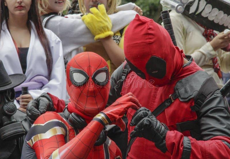Groupe de Cosplay habillé dans des costumes à la promenade 2019 de Cosplay image libre de droits