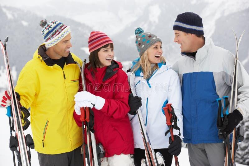 Groupe de couples âgés moyens des vacances de ski photographie stock