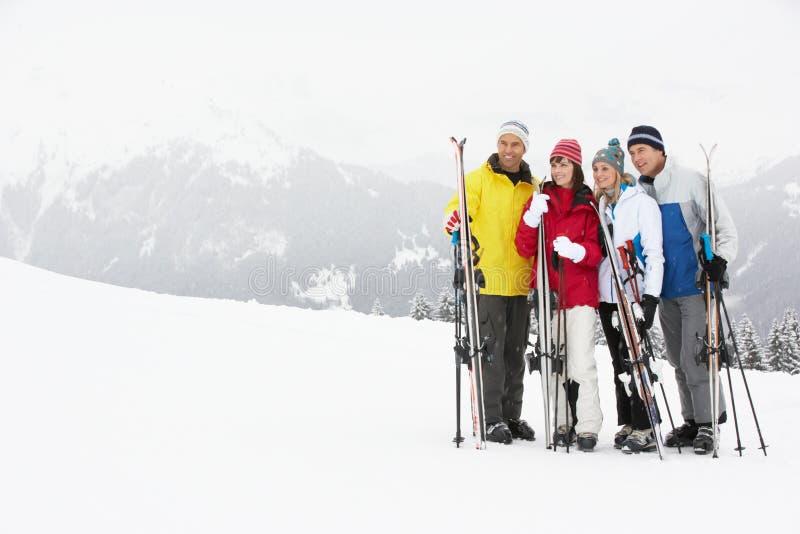 Groupe de couples âgés moyens des vacances de ski photos stock