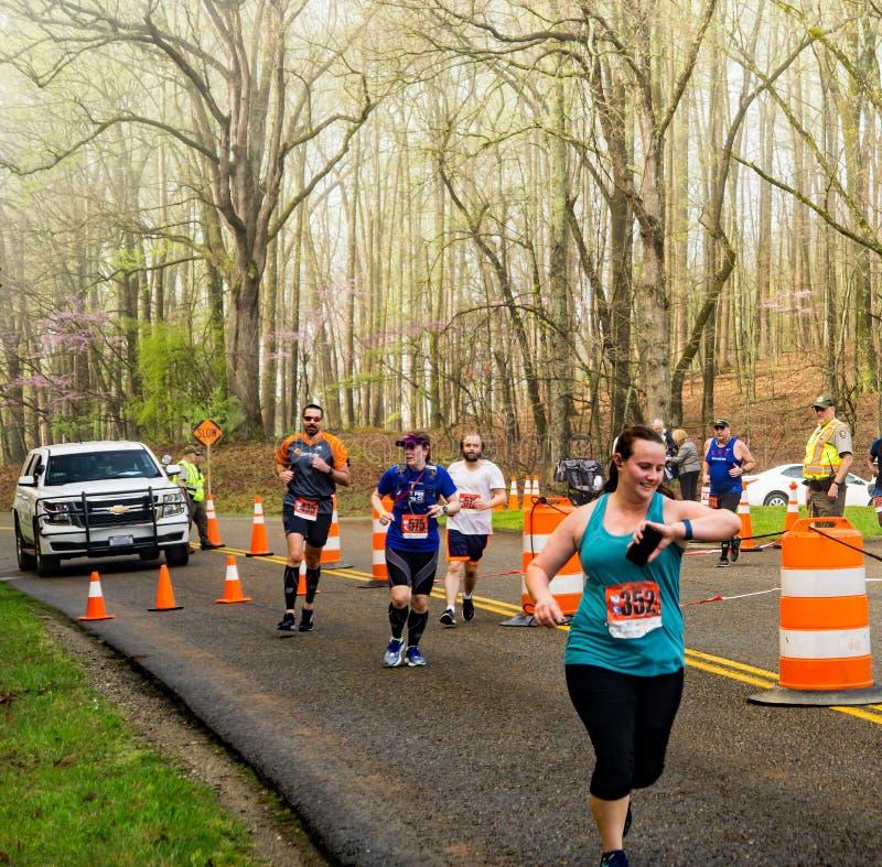 Groupe de coureurs aux 2019 Ridge Marathon bleu image stock