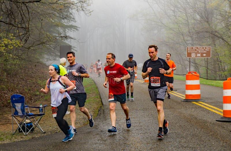 Groupe de coureurs concurrençant dans le brouillard - 2019 Ridge Marathon bleu photo stock