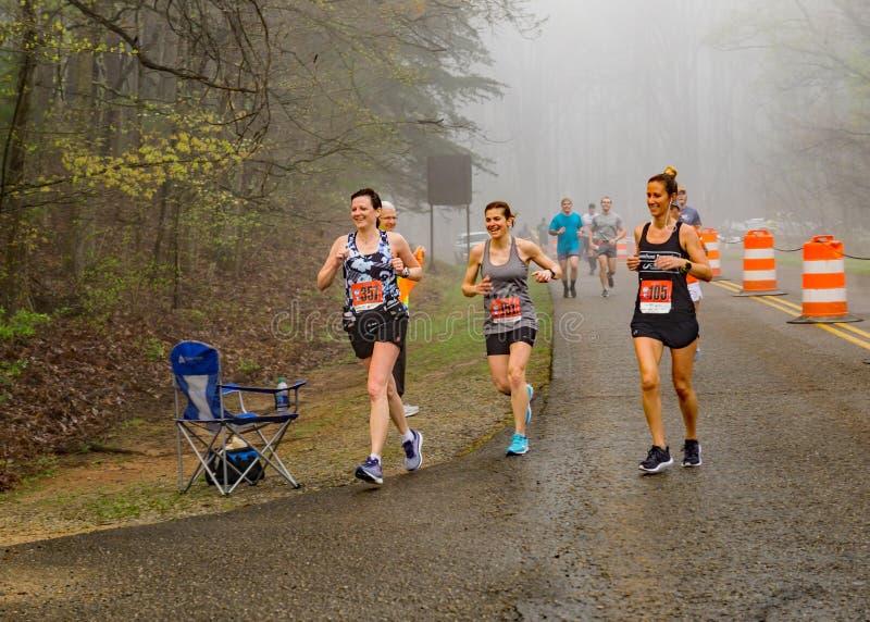 Groupe de coureurs femelles dans le brouillard concurrençant dans les 2019 Ridge Marathon bleu images libres de droits