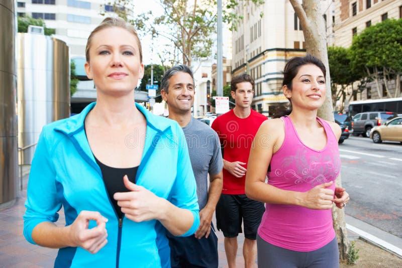 Groupe de coureurs sur la rue urbaine photo stock