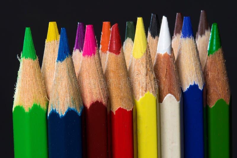 Groupe de crayons de couleur dans la rangée deux photographie stock libre de droits