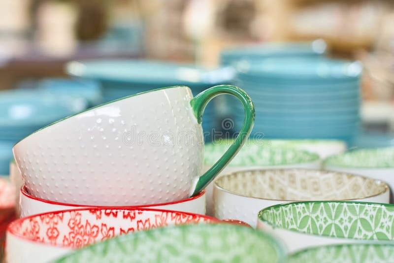 Groupe de cuvettes en céramique dans le magasin Plats avec différents modèles colorés photographie stock libre de droits