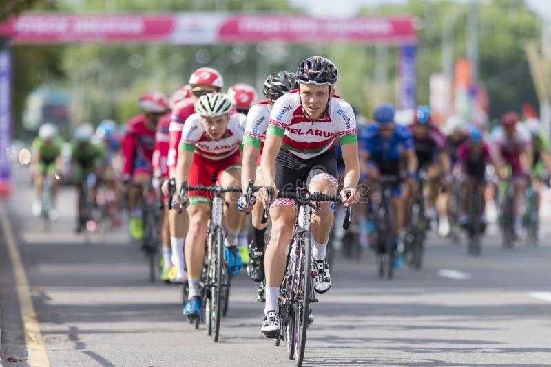 Groupe de cyclistes de route de la jeunesse dans le Peloton professionnel pendant la concurrence de recyclage de route internatio images stock