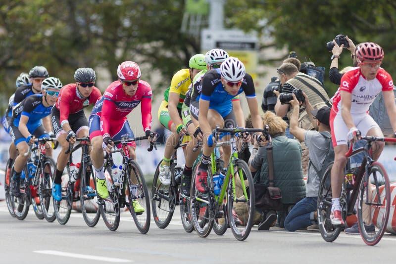 Groupe de cyclistes de route de la jeunesse dans le Peloton professionnel pendant la concurrence de recyclage Grand prix Minsk-20 image stock