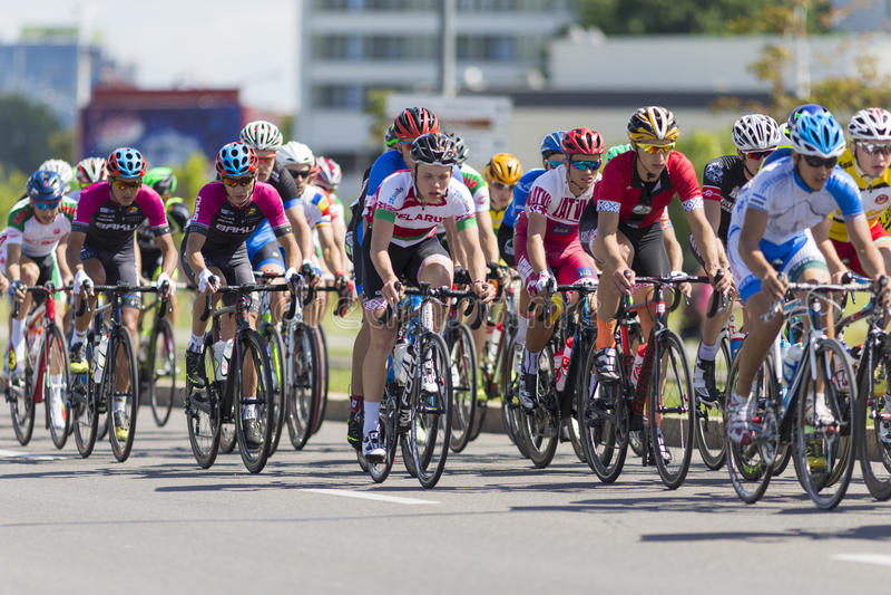 Groupe de cyclistes de route de la jeunesse dans le Peloton professionnel pendant la concurrence de recyclage Grand prix Minsk-20 images stock