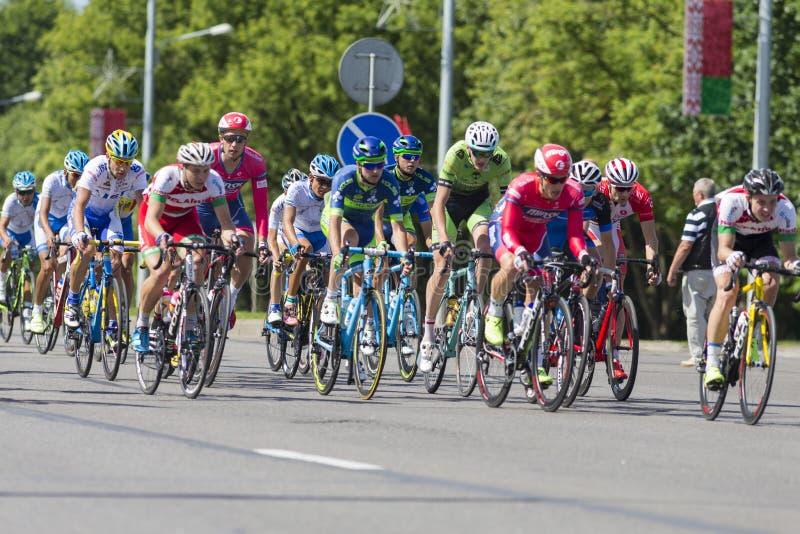 Groupe de cyclistes de route de la jeunesse dans le Peloton professionnel pendant la concurrence de recyclage Grand prix Minsk-20 photos libres de droits