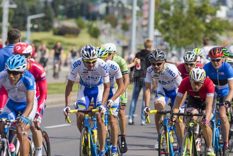 Groupe de cyclistes de route de la jeunesse dans le Peloton professionnel pendant la concurrence de recyclage Grand prix Minsk-20 photos stock