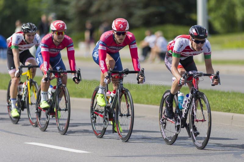 Groupe de cyclistes de route de la jeunesse dans le Peloton professionnel pendant la concurrence de recyclage Grand prix Minsk-20 image libre de droits