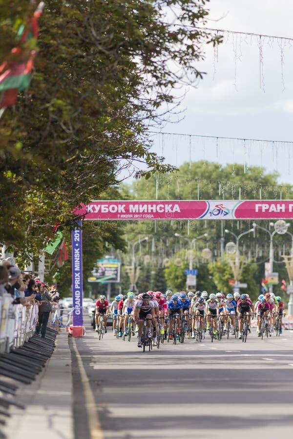 Groupe de cyclistes de route de la jeunesse dans le Peloton professionnel pendant la concurrence de recyclage Grand prix Minsk-20 photo libre de droits