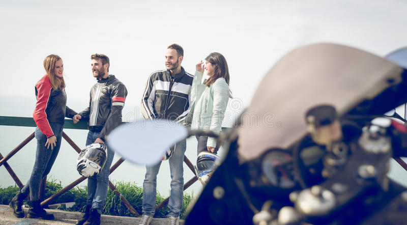 Groupe de cyclistes faisant l'excursion pendant le week-end photographie stock
