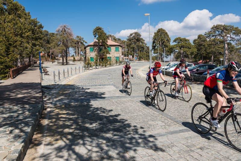 Groupe de cyclistes, montagnes de Troodos, Chypre photos stock