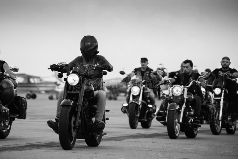 Groupe de cyclistes se réunissant chez Timisoara Airshow image libre de droits