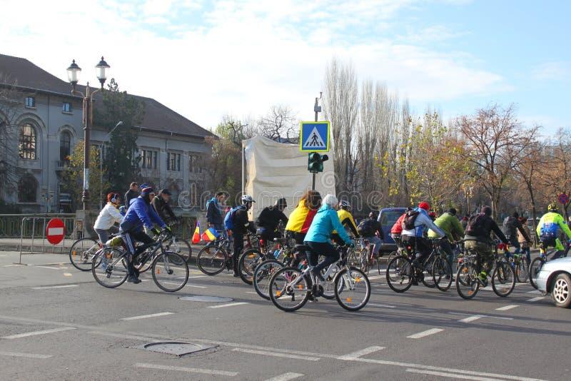 Groupe de cyclistes sur la rue image stock