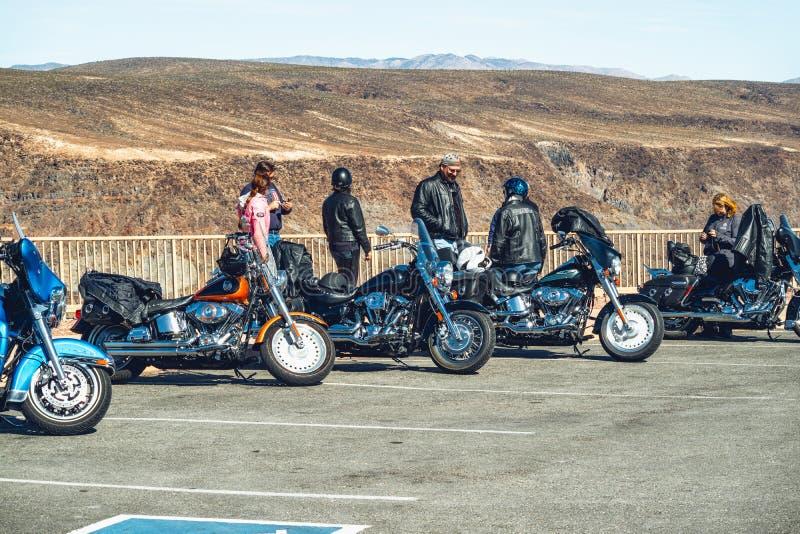 Groupe de cyclistes sur une route montagneuse Voyage de Death Valley Sport extrême, mode de vie actif, concept d'aventure photographie stock libre de droits