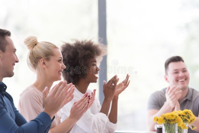 Groupe de démarrage multi-ethnique de gens d'affaires célébrant s image stock