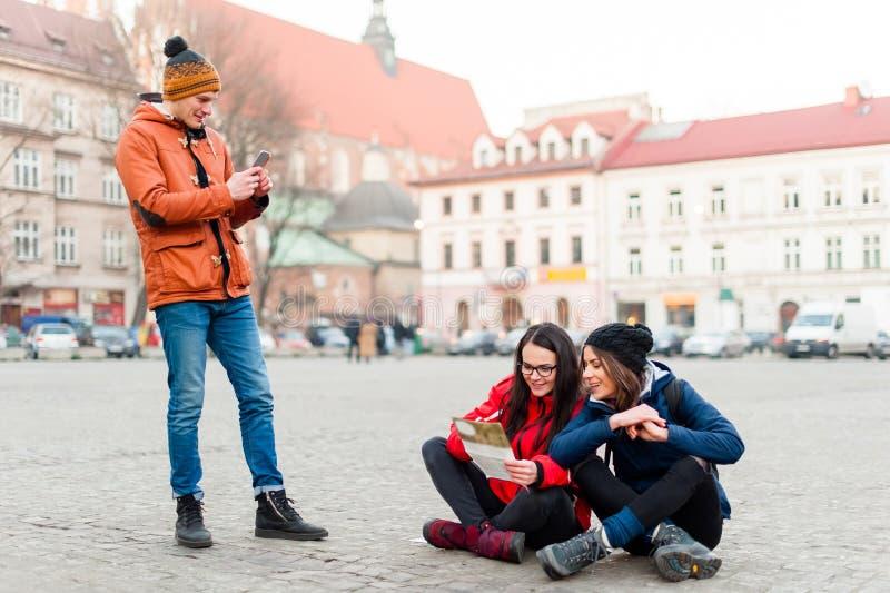 Groupe de déplacement d'amis photo libre de droits