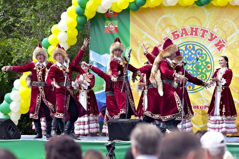 Groupe de danse dans la rectification traditionnelle chez Sabantuy photos stock
