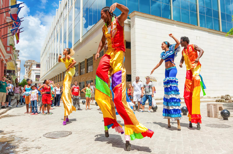 Groupe de danseurs de rue à vieille La Havane photo stock