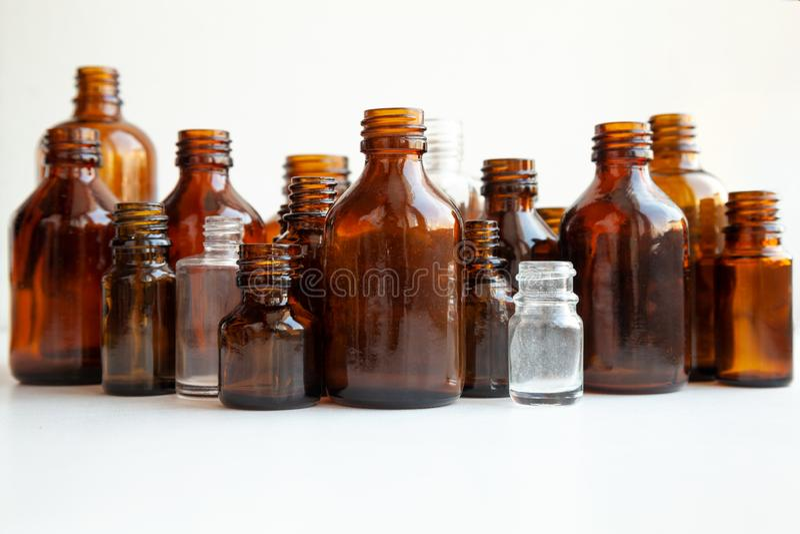 Groupe de diverses fioles médicales sur le blanc images stock