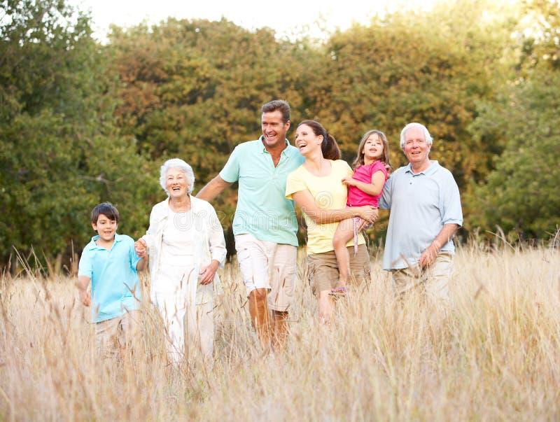Groupe de famille étendu en stationnement images stock