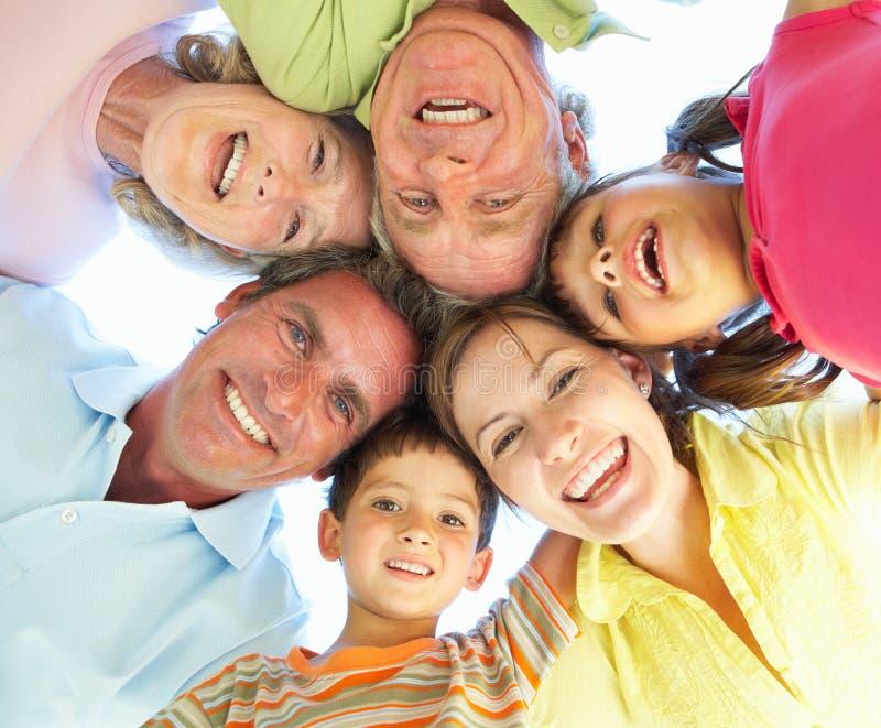 Groupe de famille étendu regardant vers le bas dans l'appareil-photo photographie stock
