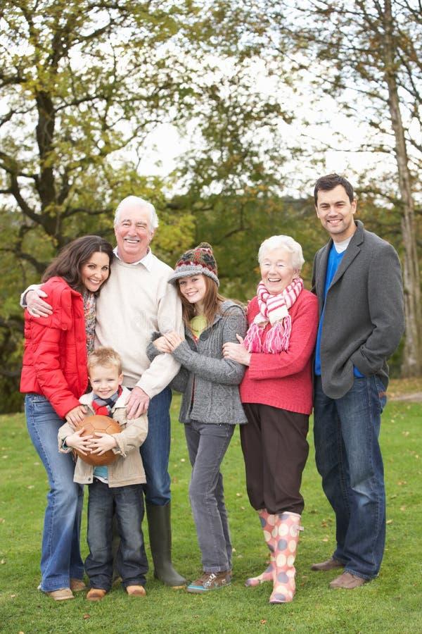 Groupe de famille étendu sur la promenade par la campagne images stock