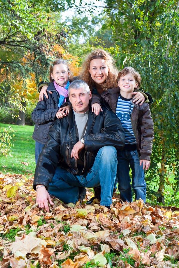 Groupe de famille détendant à l'extérieur dans l'horizontal d'automne images stock