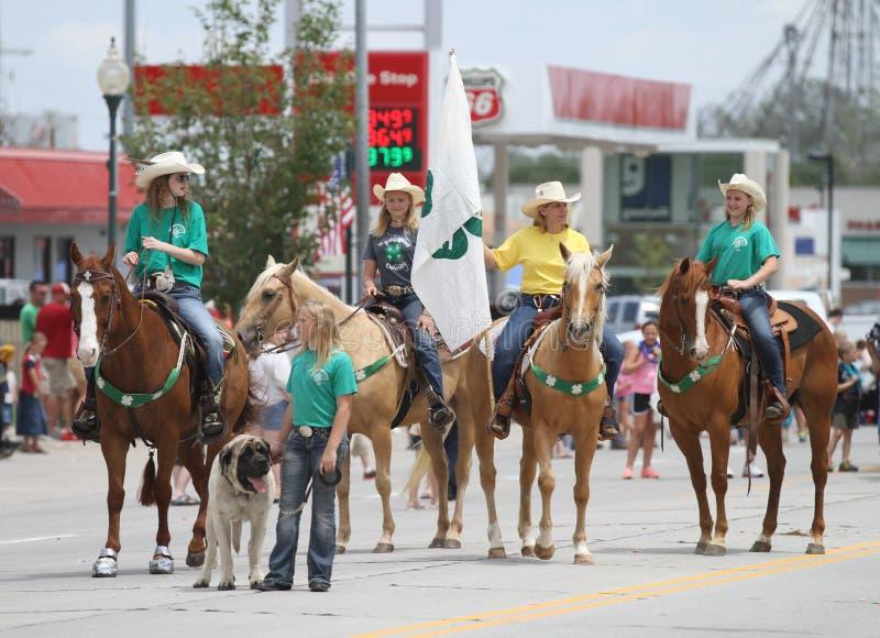 Groupe de femmes à cheval pour 4H dans un défilé en petite ville Amérique image libre de droits