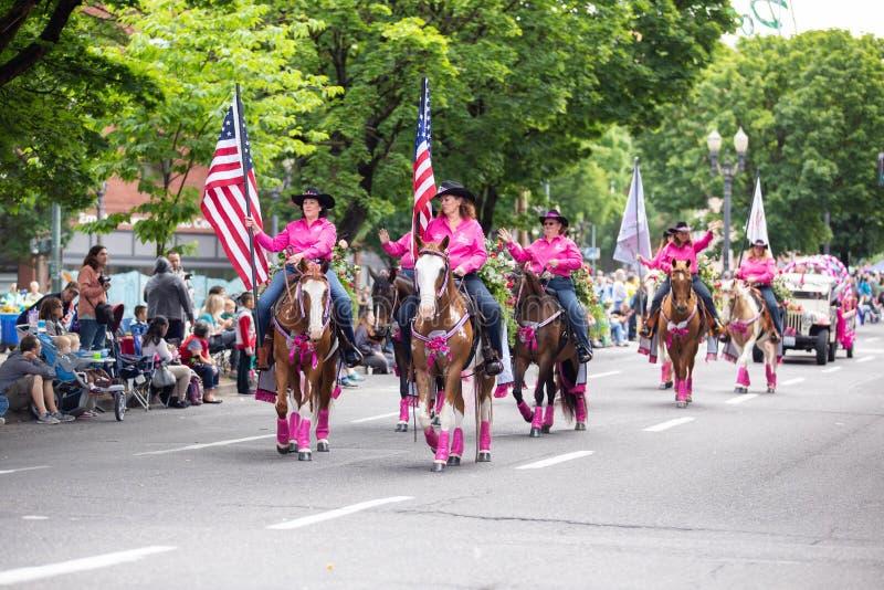 Groupe de femmes adultes dans des costumes roses de cowboy photos libres de droits