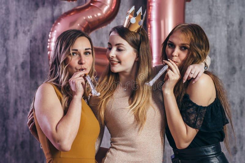 Groupe de femmes avec des feux d'artifice à la partie ayant l'amusement image libre de droits