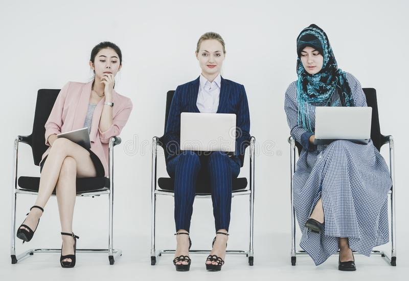 Groupe de femmes d'affaires diverses travaillant en équipe photographie stock libre de droits
