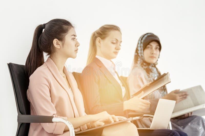 Groupe de femmes d'affaires diverses travaillant en équipe images libres de droits