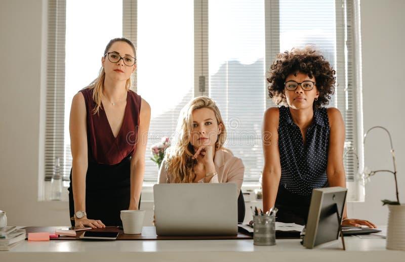 Groupe de femmes d'affaires sûres au bureau image libre de droits