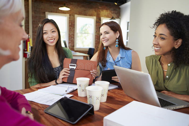 Groupe de femmes d'affaires se réunissant pour discuter des idées photos stock