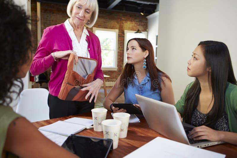 Groupe de femmes d'affaires se réunissant pour discuter des idées image libre de droits