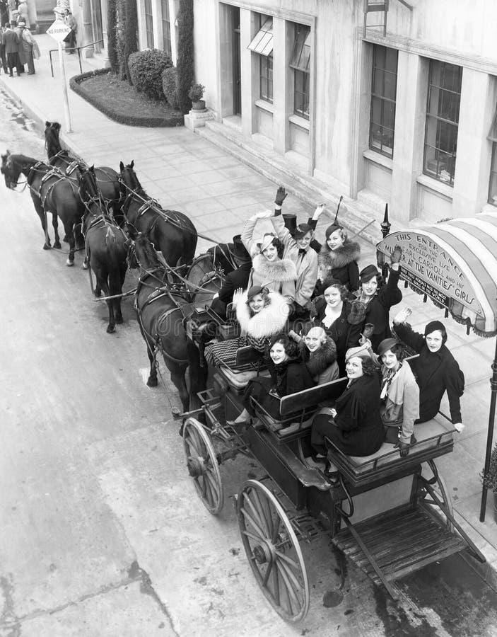 Groupe de femmes dans le chariot hippomobile (toutes les personnes représentées ne sont pas plus long vivantes et aucun domaine n photo stock