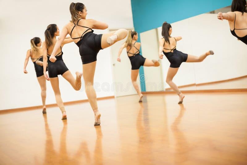 Groupe de femmes dans une classe de danse images libres de droits