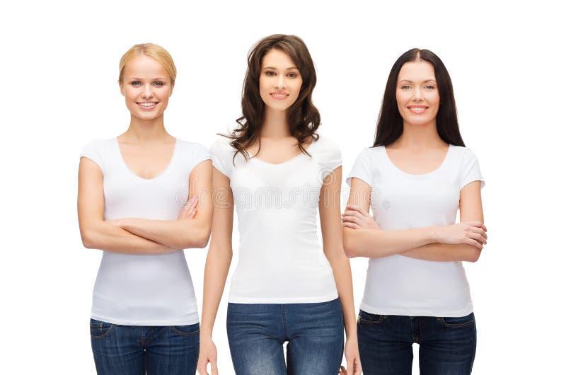 Groupe de femmes de sourire dans des T-shirts blancs vides photos libres de droits