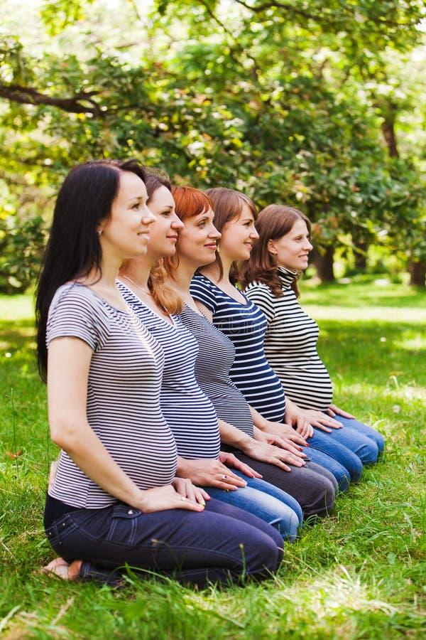 Groupe de femmes enceintes portant les mêmes vêtements images libres de droits