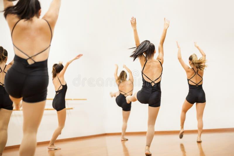 Groupe de femmes pratiquant un cheminement de danse image libre de droits