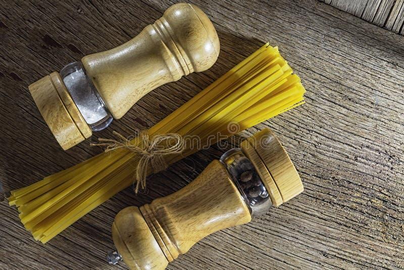 Groupe de Fettuccine, ingrédient, sel, fond, poivre, Italien, spaghetti, nouille, faisant cuire images stock